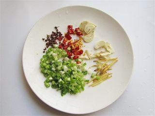 香辣豆角爆鸡胗,将生姜切丝、辣椒切小段,葱切碎备用