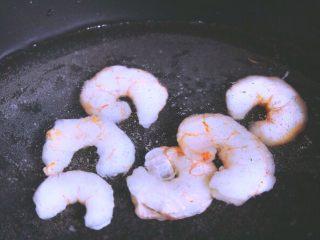 越南春卷 春天的小清新,虾仁放入水中,煮熟后捞出备用
