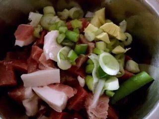 蒿子杆猪肉馅饺子,猪肉切小块,葱姜切碎