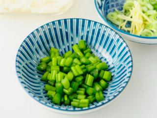 凉拌葱油藕丁,生姜切丝、小葱切碎、芹菜洗净切成小丁。