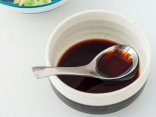 凉拌葱油藕丁,把精盐、白糖、陈醋、酱油搅匀成调味汁。