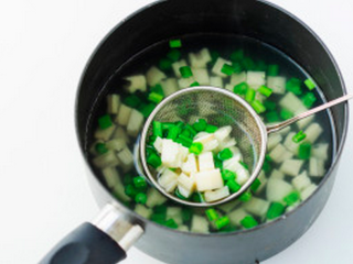 凉拌葱油藕丁,把藕丁芹菜丁用开水焯烫,焯烫至藕丁微透明,芹菜变色。