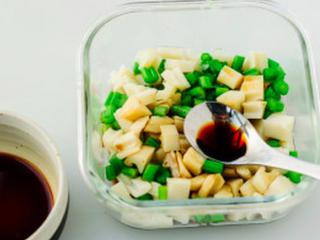 凉拌葱油藕丁,捞出控水后浇进调好的味汁拌匀。