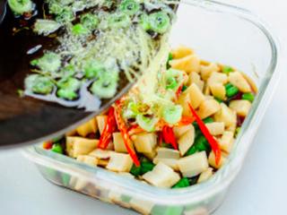 凉拌葱油藕丁,把炒好的料油趁热浇进盛有藕丁的碗里,拌匀即可食用。