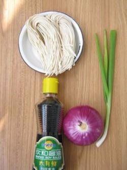 阳春面,1.洋葱洗净后切成薄片,葱、青蒜分别切成碎末备用。
