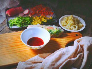 越南春卷 春天的小清新,调制酱料: 泰式甜辣酱放入碗中