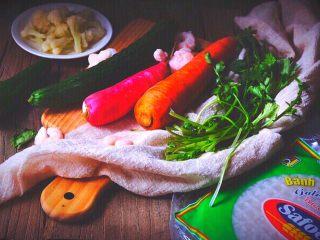 越南春卷 春天的小清新,准备材料 搭配的几样蔬菜可按自己口味选择