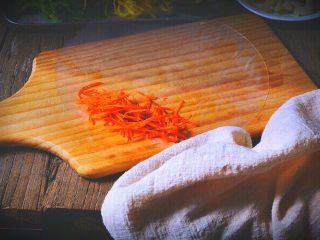越南春卷 春天的小清新,将皮放在板上,依次放上胡萝卜丝