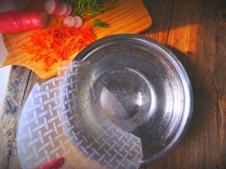 越南春卷 春天的小清新,将春卷皮在温水中转着沾两圈水,感觉到半软还有一点硬的状态就可以包了 (水不要太热 温暖不烫手即可)