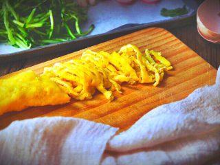 越南春卷 春天的小清新,摊好的蛋饼卷成一条,切成丝备用