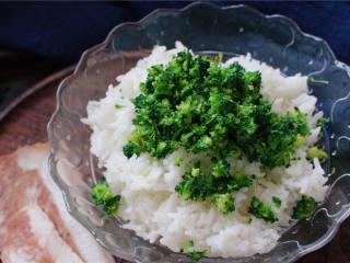 春光饭团#舌尖上的春宴#,西蓝花的梗切除放在一边备用,将花头洒在米饭上。