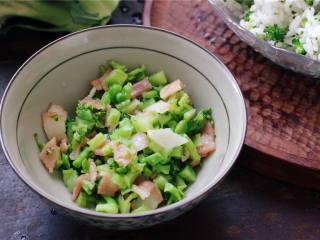 春光饭团#舌尖上的春宴#,炒好的馅料盛出来备用。