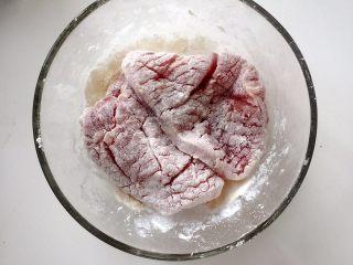 小芽早餐-日式炸猪排(烤箱版非油炸) ,将猪排裹上面粉