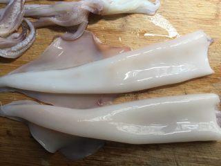 粉丝蒸鱿鱼,把鱿鱼表面那层膜撕掉,肚子里有一条类是塑料的拿掉,还有脏东西和眼睛全部去掉,洗干净沥水