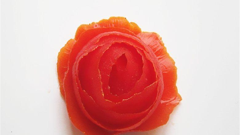 蒜蓉蒸虾,<a style='color:red;display:inline-block;' href='/shicai/ 3551'>西红柿</a>削皮做成一朵玫瑰花