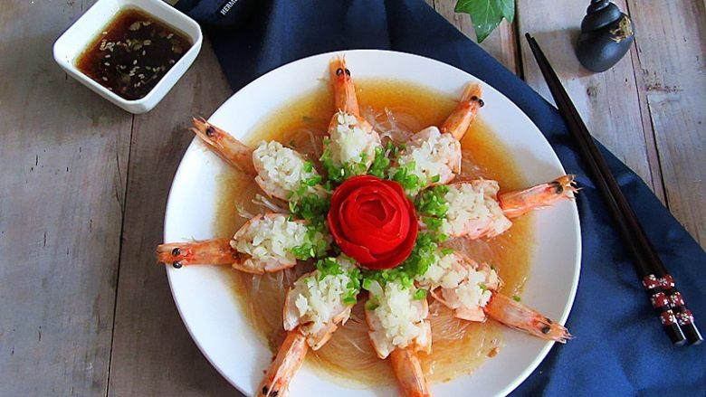 蒜蓉蒸虾,中间放上西红柿玫瑰花装饰下,整个摆盘都美呆了