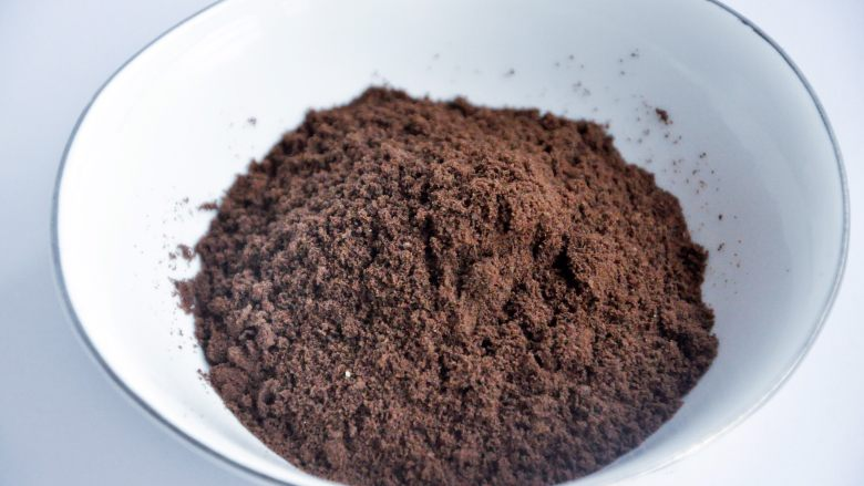 抹茶慕斯,把饼干碎放入破壁机,打成非常细的粉末。