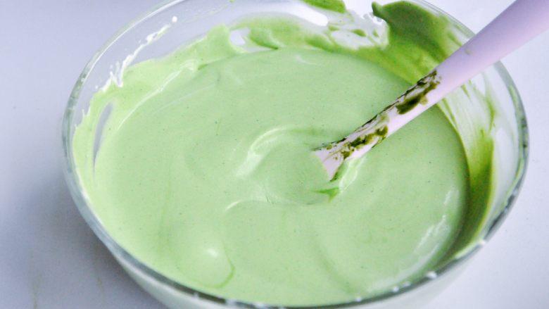 抹茶慕斯,分2次将抹茶牛奶液混合到奶油中,翻拌均匀,细腻无结块。
