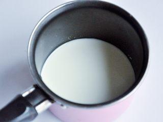 抹茶慕斯,用小火将牛奶和糖粉A加热至糖溶化,然后关火。