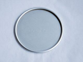 抹茶慕斯,将活底模的底部放在油纸上,剪一块一样大小的油纸,放入模具底部。