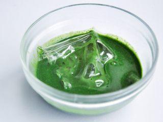 抹茶慕斯,加入泡软的吉利丁片混合成液体后放凉待用,此配方的液体量不大,冷却比较快,通常到了这一步抹茶牛奶液已经不热了,可以隔热水升一下温,再放入泡软的吉利丁片。
