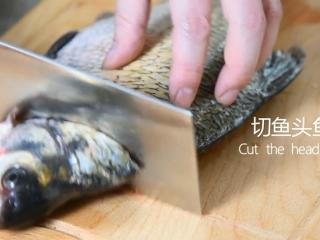谁说厨神才会做,2分钟学会这道花开富贵鱼,去除内脏后洗净,切去鱼头鱼尾