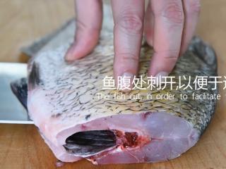 谁说厨神才会做,2分钟学会这道花开富贵鱼,鱼腹处刺开,以便于造型