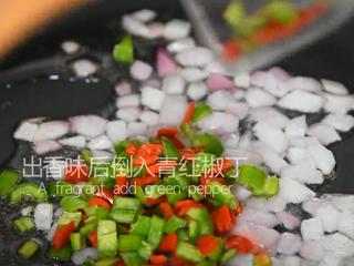 谁说厨神才会做,2分钟学会这道花开富贵鱼,炒出香味后倒入青红椒丁