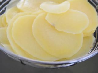 薯片厂家都急坏了,2分钟学会这款香辣薯片,沥干捞出