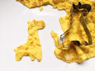 宝宝创意餐--番茄牛肉面,煮面的同时用模具把蛋皮压出形状。