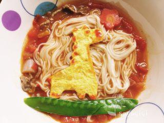 宝宝创意餐--番茄牛肉面,摆上造型好的蛋和菜就可以给宝宝吃啦!