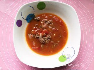 宝宝创意餐--番茄牛肉面,将牛肉汤盛入碗中备用。