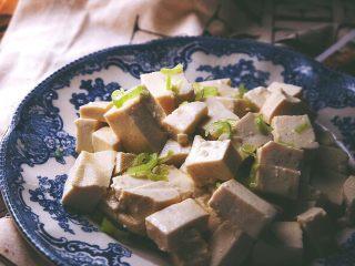 一清二白 久吃不腻的 小葱拌豆腐,用筷子拌匀