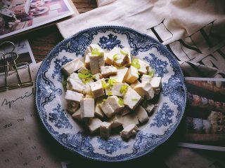 一清二白 久吃不膩的 小蔥拌豆腐,撒上蔥花