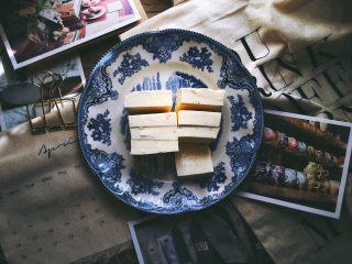 一清二白 久吃不膩的 小蔥拌豆腐,豆腐先橫切幾刀