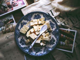 一清二白 久吃不腻的 小葱拌豆腐,豆腐中加入盐