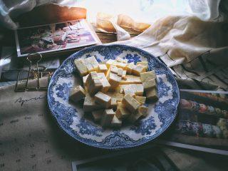 一清二白 久吃不膩的 小蔥拌豆腐,切成小塊備用
