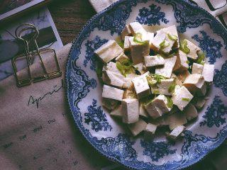 一清二白 久吃不膩的 小蔥拌豆腐,這道拌豆腐可能沒有其他菜味道那么重口,但有種細水長流的清淡感,久吃不膩 夏天就要來點清爽的~