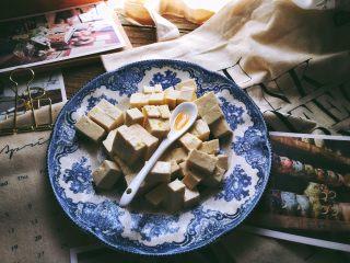 一清二白 久吃不膩的 小蔥拌豆腐,加入香油(不用太多)