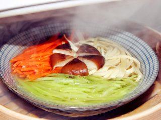 宝宝辅食:蒸素三丝-24M+,取出,莴笋的清香,胡萝卜的清甜,肉汤配上蔬菜汁,每次一出锅就是连汤都不剩了哈。