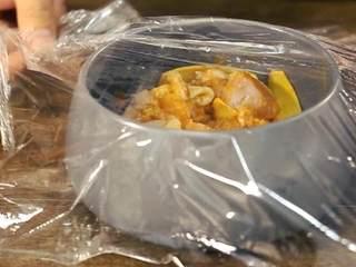 《食戟之灵》堇记炸鸡鸡肉卷,搅拌均匀后放入冰箱冷藏腌制10小时