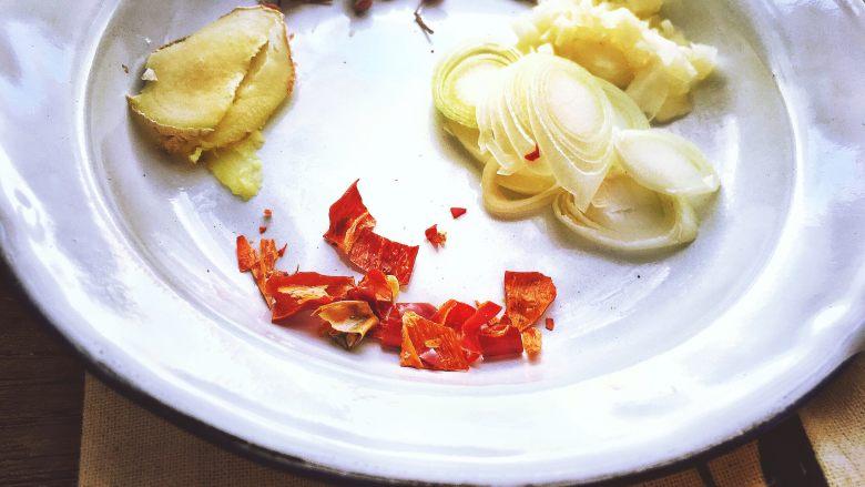 香辣过瘾 十分钟无油版 回锅肉,可以再切点干辣椒