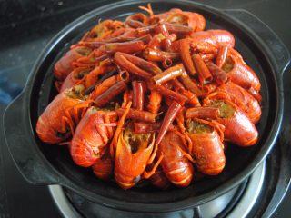 麻辣小龙虾,捞出盖在土豆片上,倒入汁,焖煮五分钟即可