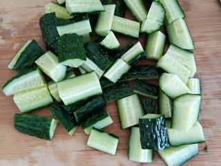 凉拌菜,黄瓜洗净切段