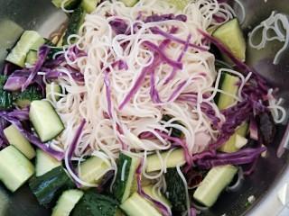 凉拌菜,所有食材倒在一起撒上盐 香油和蒜沫搅拌均匀