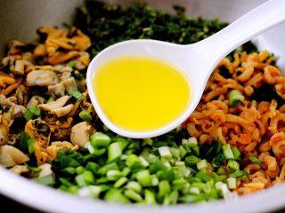 荠菜翡翠海鲜饺子,先用食用油把所有材料混合拌匀后、加入、适量盐、鸡精、胡椒粉、料酒拌匀