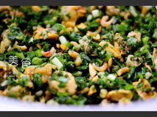 荠菜翡翠海鲜饺子,加入芝麻油和香菜末拌匀即可……
