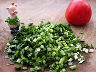 荠菜翡翠海鲜饺子,韭菜用刀切末备用