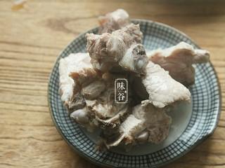 山药枸杞尾龙骨汤,然后把猪骨捞出来冲洗,去掉浮沫后待用。(这些可以去除腥味和血水,以免汤汁混浊。)