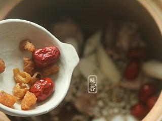 山药枸杞尾龙骨汤,红枣和桂圆简单清洗一下也放进锅里。